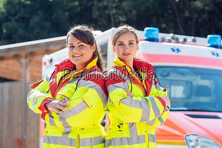 sanitaeter und notarzt vor krankenwagen