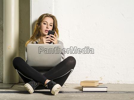 studentin sitzt mit ihrem laptop und