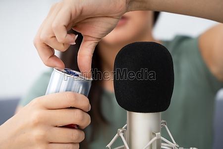 frau OEffnen dose auf mikrofon um