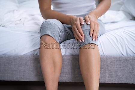 frau leidet unter knieschmerzen