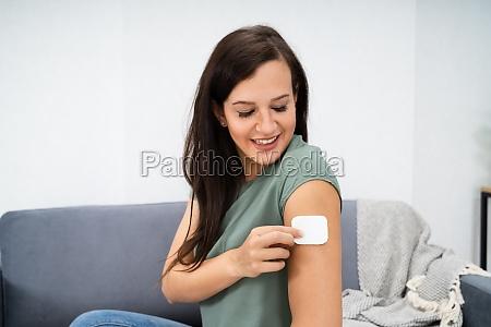 frau die patch auf ihren arm