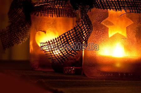 weihnachtsdekoration bei kerzenschein