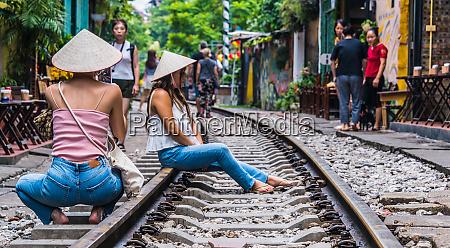 zwei junge touristen auf der train