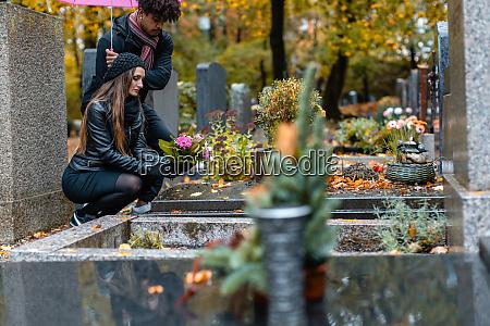 paar in trauer auf einem friedhof