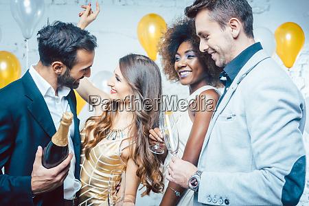 party leute mit getraenken feiern das