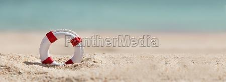 rettungsboje auf sand am strand
