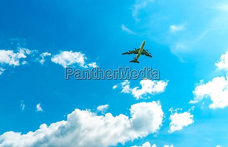kommerzielle fluggesellschaft fliegt auf blauem himmel