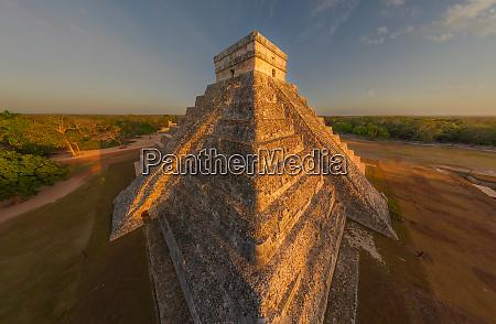 luftaufnahme der el castillo maya pyramiden