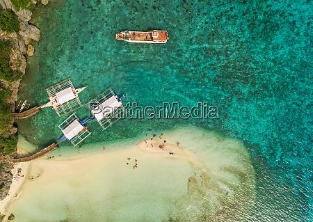 luftaufnahme von strand pumpbooten und fischerboot