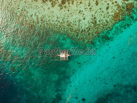 luftaufnahme des traditionellen philippinischen fischerbootes von