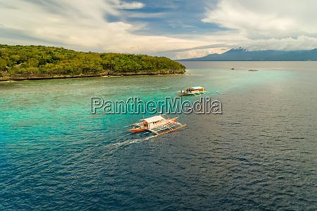 luftaufnahme der traditionellen philippinischen fischerboote auf