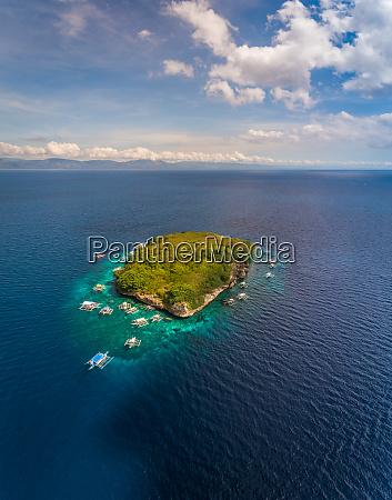 luftaufnahme von pescador island mit traditionellen
