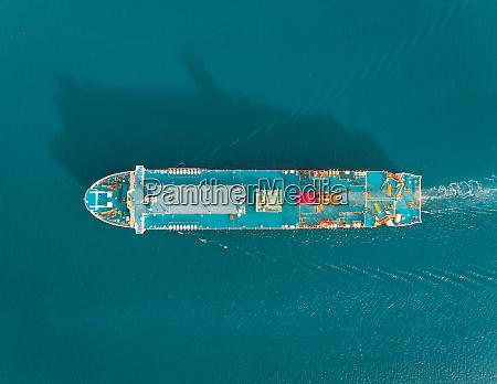 luftaufnahme eines passagierkreuzfahrtschiffes in der naehe