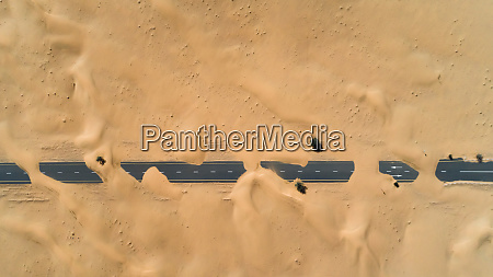 luftaufnahme der mit sand bedeckten autobahn