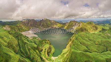 luftaufnahme des vulkanischen sees pinatubo und