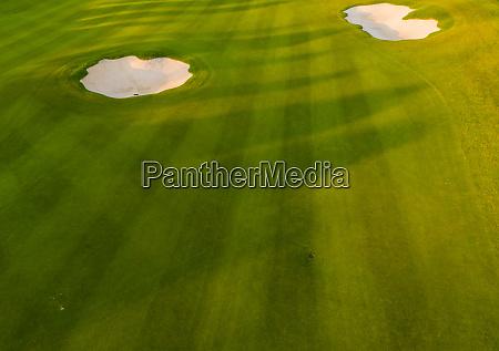 luftaufnahme des gruenen golf und konservierenden