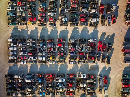 luftaufnahme alter autos die auf gelaende
