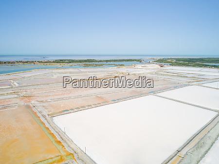 luftaufnahme der grossen salzindustrie in der