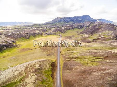 luftaufnahme der strassenueberquerung bergregion island