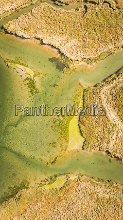 abstrakte luftaufnahme der feuchtgebiete landschaft in