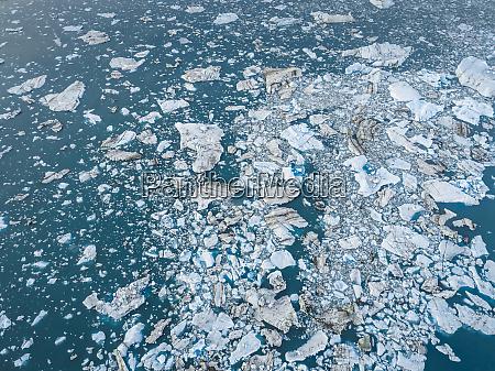luftbild ansicht des schwimmenden eisbergs im