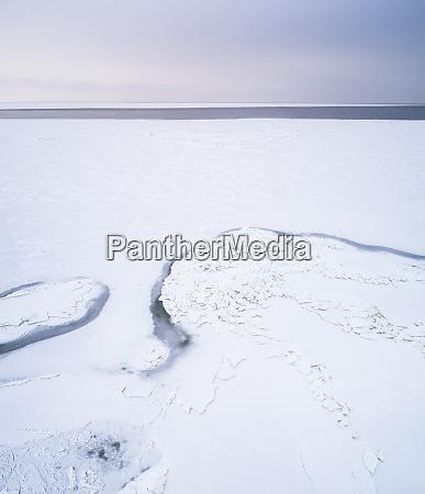 abstrakte luftaufnahme des gefrorenen meeres auf