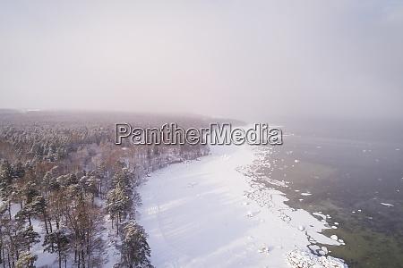 luftaufnahme der verschneiten nstrichen kueste von
