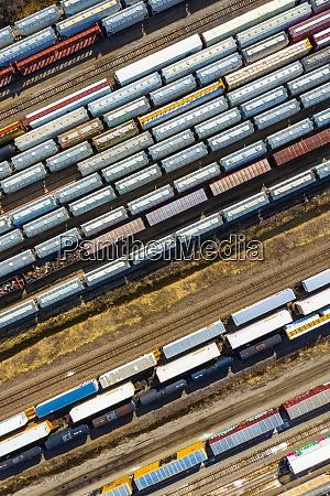 luftaufnahme von gueterwagen der eisenbahn