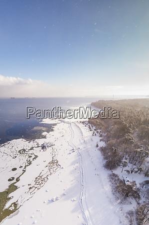 luftaufnahme der windigen schneebedeckten kueste von