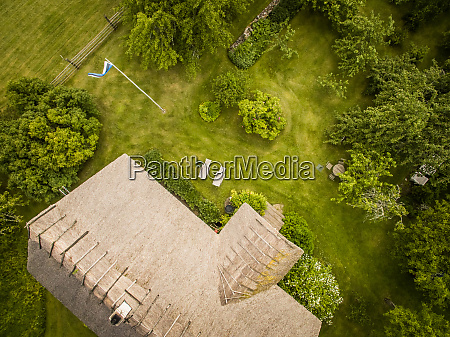 luftaufnahme eines traditionellen hauses dach