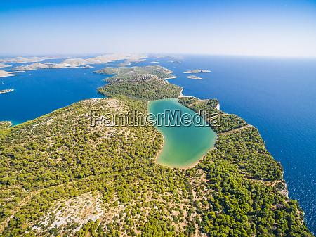 luftaufnahme des nationalparks telascica in kroatien