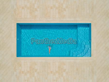 luftaufnahme von maedchen die in schwimmbad