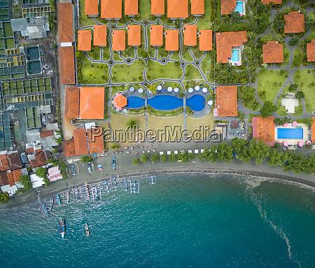 luftaufnahme von luxushotel fischfarm und pumpbooten