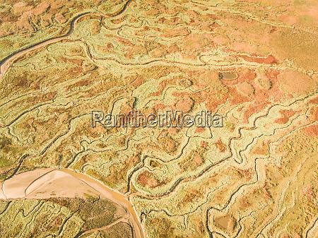 abstrakte luftaufnahme der feuchtgebietslandschaft