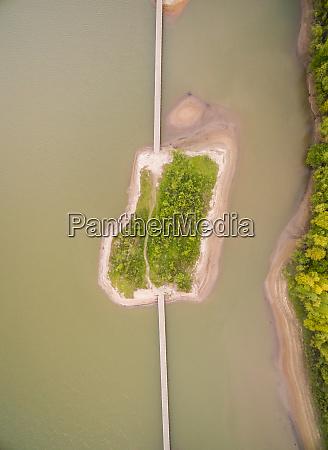 luftaufnahme der natuerlichen sandinsel die durch