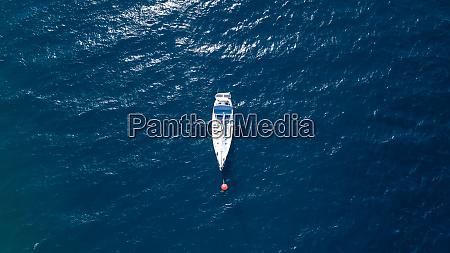 luftaufnahme eines segelbootes im mittelmeer