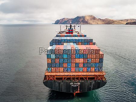 luftaufnahme eines schifffahrtsbootes in der bucht