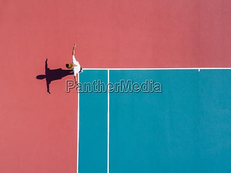 luftaufnahmen einer person auf einem tennisplatz