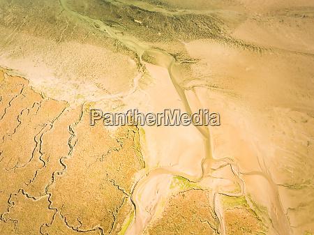 abstrakte luftaufnahme der feuchtgebiete landschaft