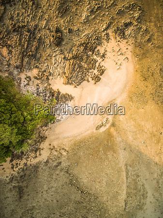 luftaufnahme des felsigen sandstrandes in thailand