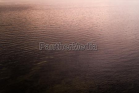 luftaufnahme des baltischen meeres mit rosatoenen