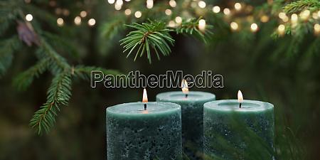 kerzen mit weihnachtsbaum