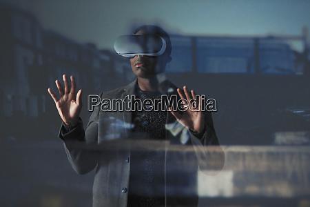 doppelbelichtung geschaeftsmann mit virtual reality simulator