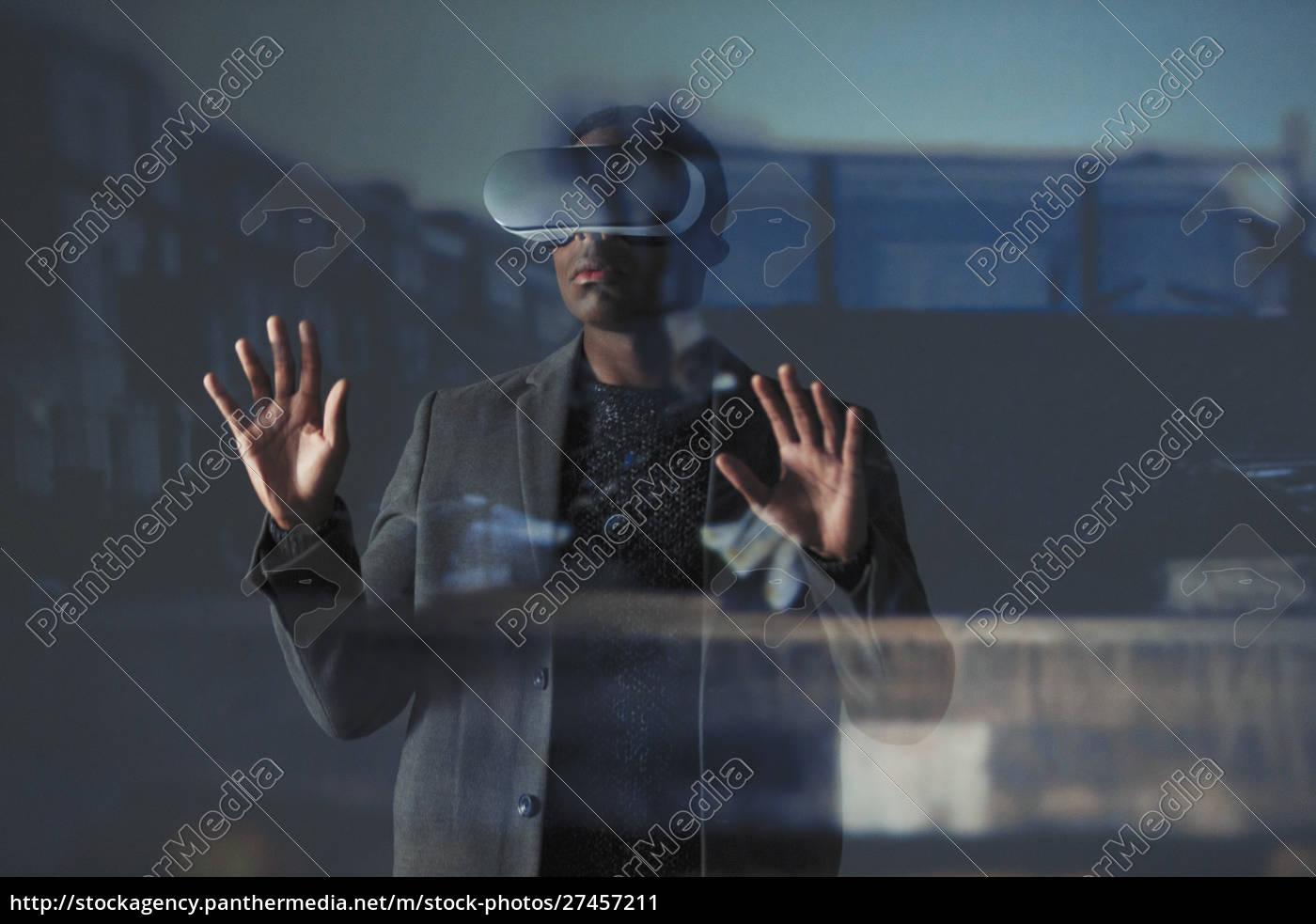 doppelbelichtung, geschäftsmann, mit, virtual, reality, simulator - 27457211