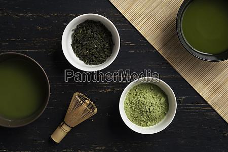 stillleben der matcha tee zubereitung mit