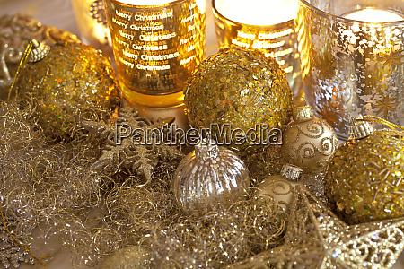 elegante goldene weihnachtsdekoration mit kerzenlicht