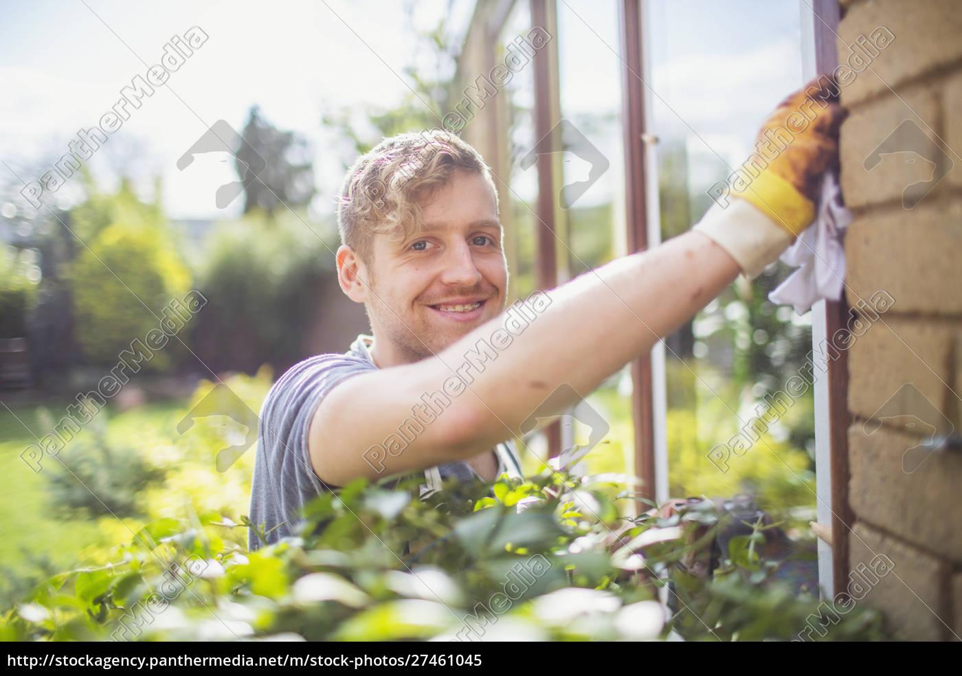 porträt, lächelnd, selbstbewusster, männlicher, arbeiter, der, fenster, am - 27461045