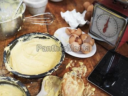 messy backvorbereitung auf kuechentisch mit kuchenmischung