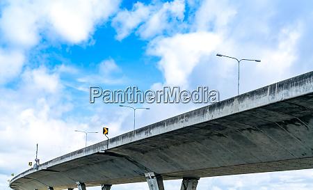 untere ansicht der hochbetonautobahn betonstrasse ueberfahren