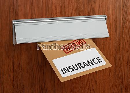 ein brief mit dem etikett versicherung